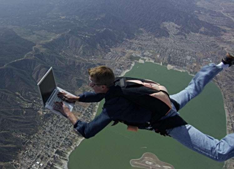 Dominic saltando en paracaídas con su laptop