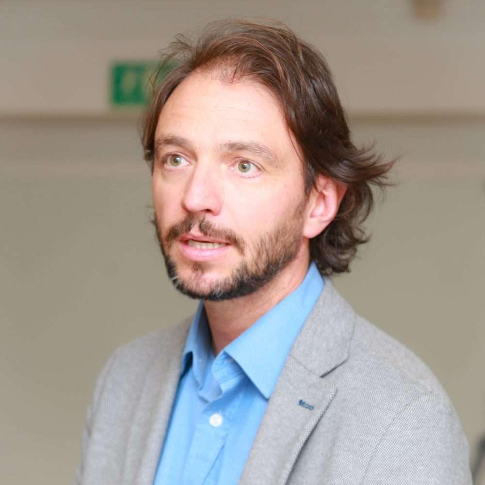 <b>Sergio Mendez</b> presentando su empresa - Resiliente-Digital-AUSCOM-Sergio-Mendez