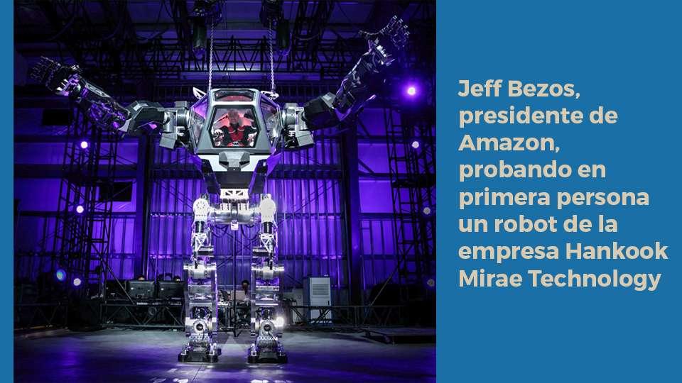 Jeff Bezos, presidente de Amazon, probando en primera persona un robot de la empresa Hankook Mirae Technology