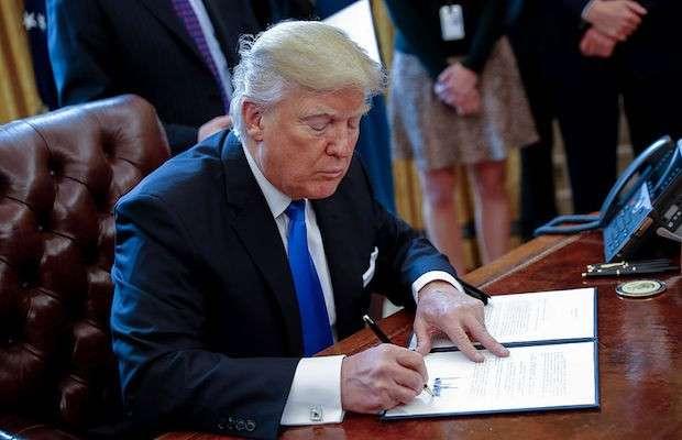 Donald Trump firmando la Orden Ejecutiva aprobada el pasado 25 de enero de 2017